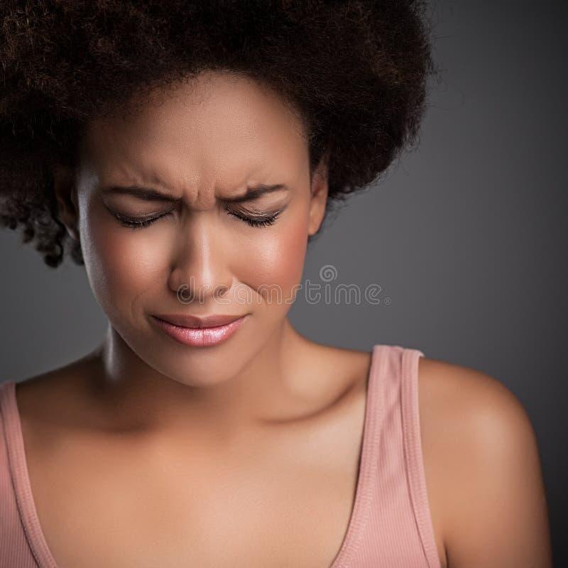 Kvinnan smärtar in royaltyfria foton