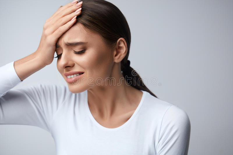 Kvinnan smärtar Flicka som har den starka huvudvärken som lider från migrän arkivbild