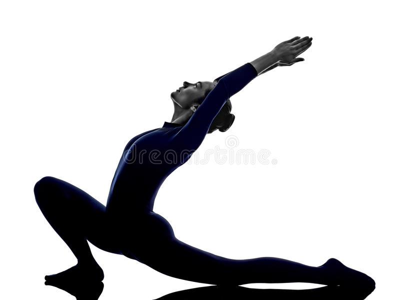 Kvinnan som övar det Anjaneyasana utfallet, poserar yogakonturn fotografering för bildbyråer