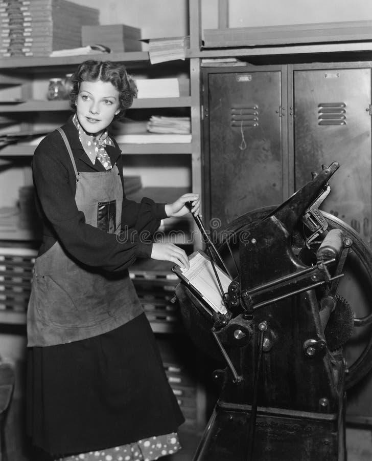 Kvinnan som arbetar i tryck, shoppar (alla visade personer inte är längre uppehälle, och inget gods finns Leverantörgarantier att royaltyfria foton