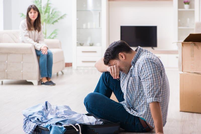 Kvinnan som avhyser mannen från hus under familjkonflikt arkivfoton