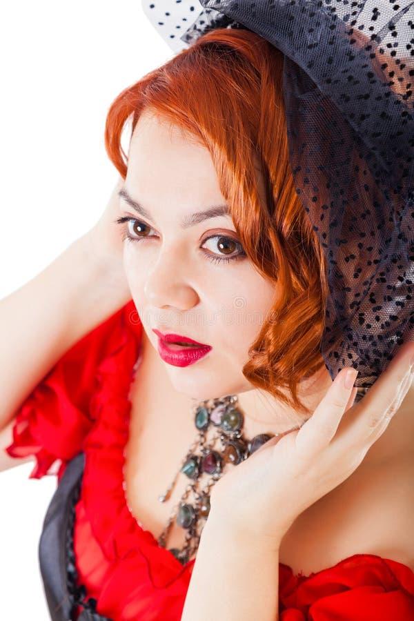 Kvinnan som bär den röda kappan med, skyler fotografering för bildbyråer