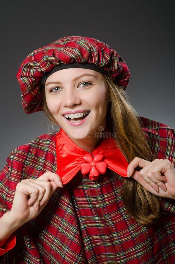 Kvinnan som bär traditionella skotska kläder royaltyfri bild