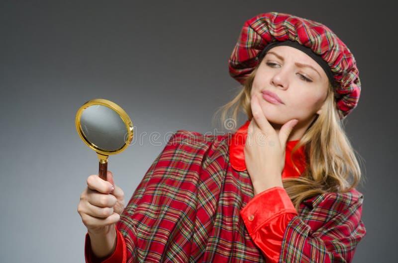 Kvinnan som bär traditionella skotska kläder royaltyfria bilder
