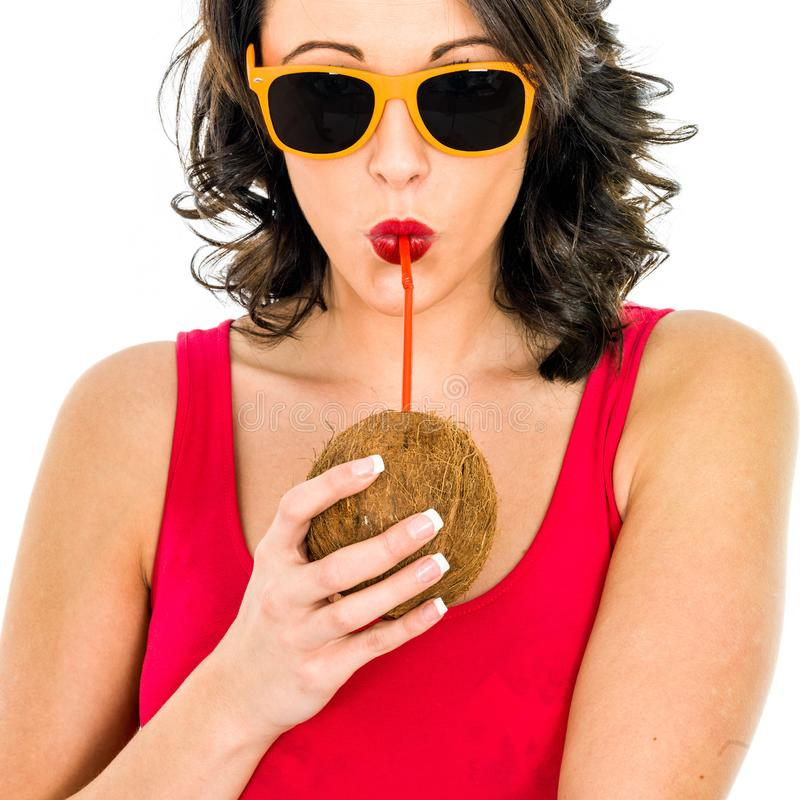 Kvinnan som dricker kokosnöten, mjölkar till och med ett sugrör royaltyfri bild
