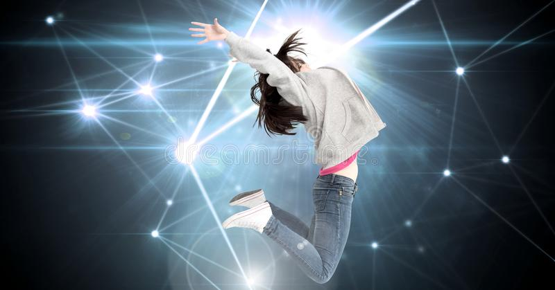 Kvinnan som expressively hoppar med den glödande stjärnan, spangled anslutningar arkivbild