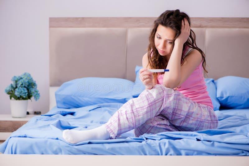 Kvinnan som förargas med graviditetstestresultat royaltyfri fotografi