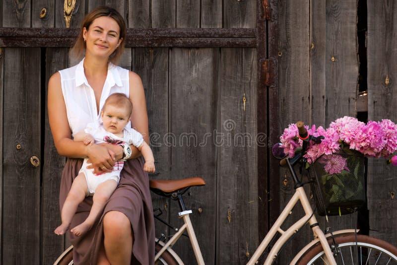 Kvinnan som går med, behandla som ett barn royaltyfria foton