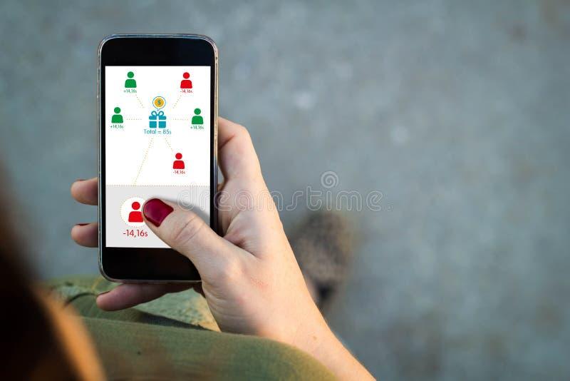 Kvinnan som går smartphonen app, uppta som omkostnad vänner royaltyfri fotografi