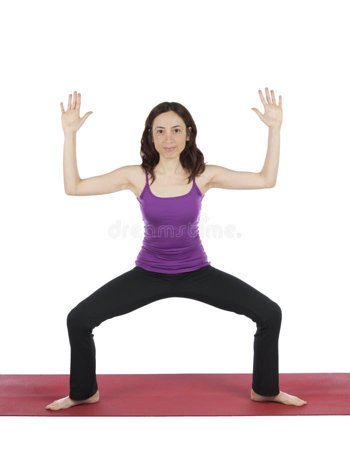 Kvinnan som gör gudinnan, poserar i yoga arkivfoto