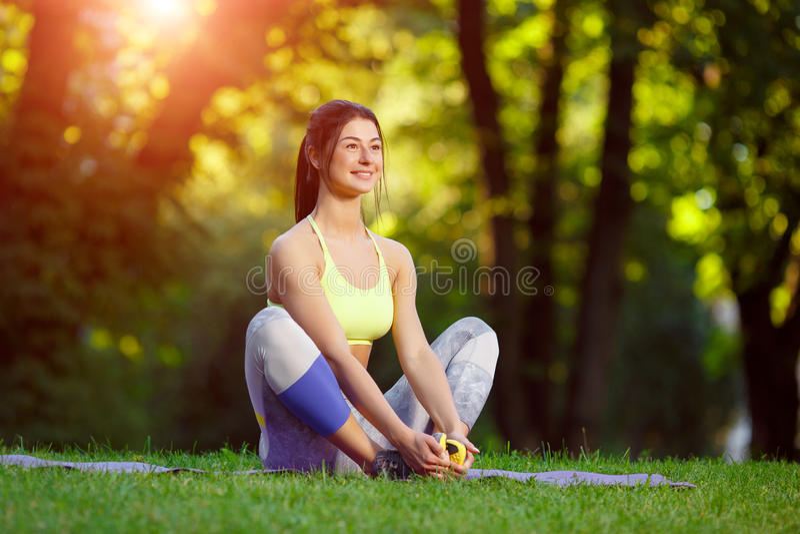 Kvinnan som gör kondition, övar i parkera royaltyfri fotografi