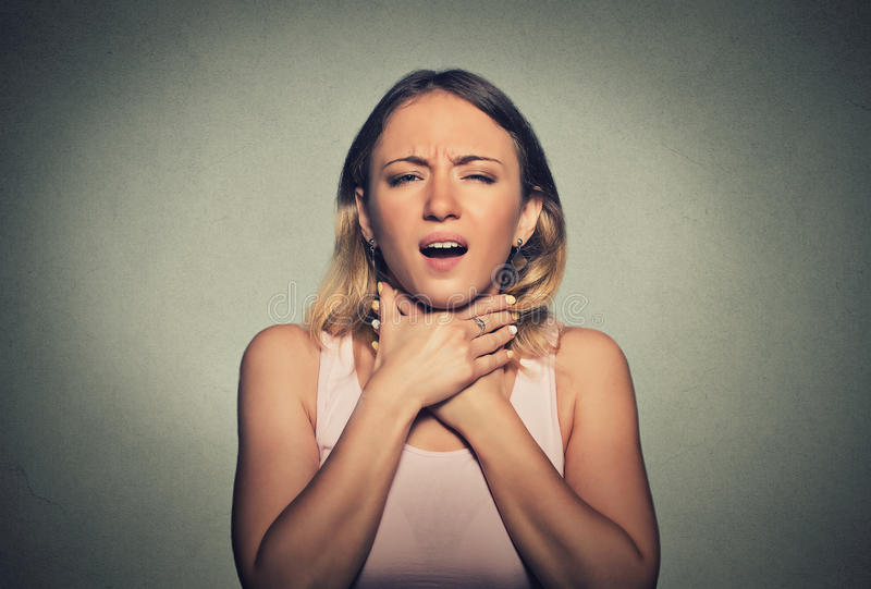 Kvinnan som har astmaattack eller kväv kan inte andedräkt royaltyfria foton