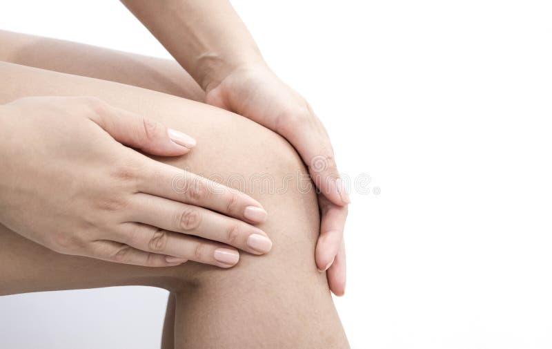 Kvinnan som har knäet, smärtar i medicinskt kontor den gemensamma osteoarthritisen smärtar efter sport Avbrott och stukar av knäl royaltyfri foto