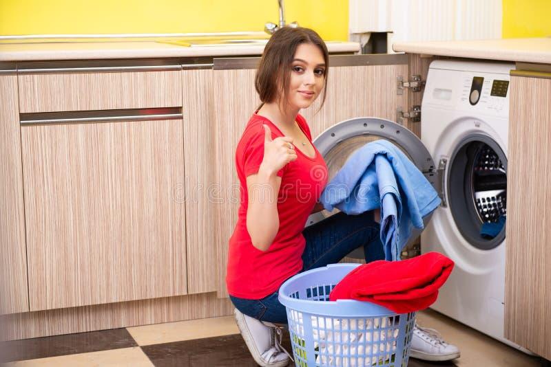 Kvinnan som hemma gör tvätterit royaltyfri bild