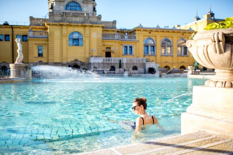 Kvinnan som kopplar av på thermalen, badar i Budapest royaltyfri foto