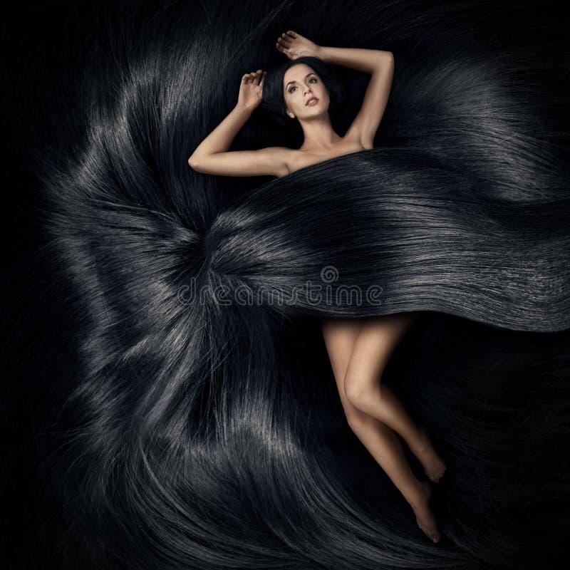 Kvinnan som ligger på håret och, räknar henne huvuddelen royaltyfri fotografi