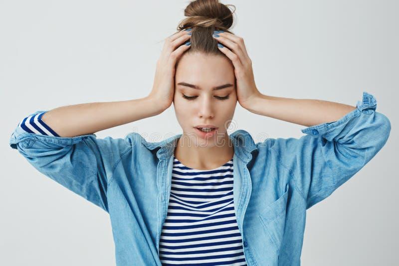 Kvinnan som nervöst hem tänker problem och att känna sig angången, matade upp problematiska hållande händer på huvudet som ner se arkivbilder