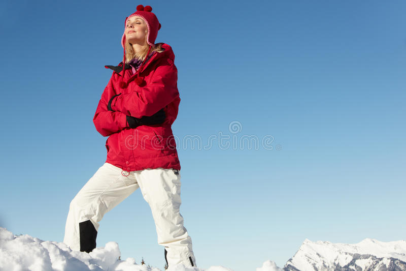 Kvinnan som plattforer i Snow skidar på, ferie royaltyfri bild