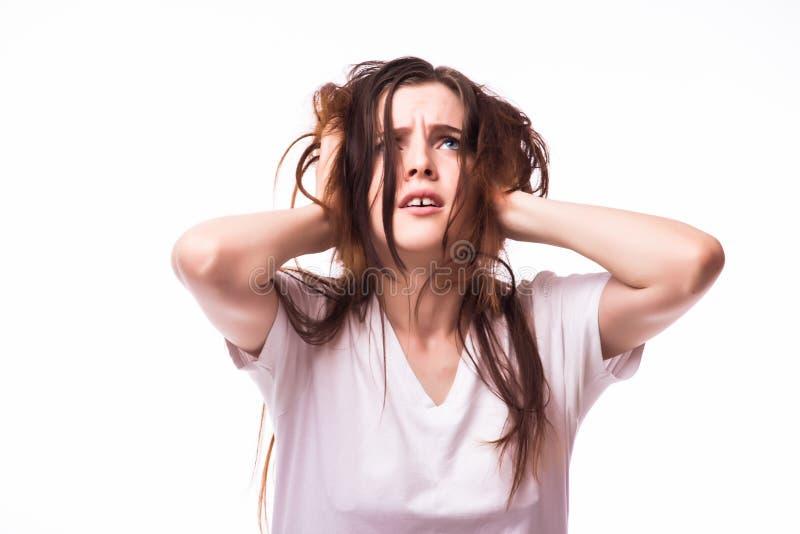 Kvinnan som rymmer hennes huvud smärtar och förorsakar obehag in arkivbilder