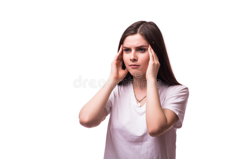 Kvinnan som rymmer hennes huvud smärtar och förorsakar obehag in royaltyfria bilder