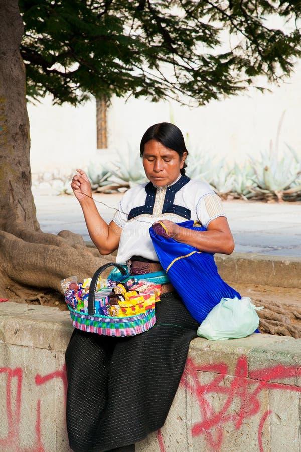 Kvinnan som säljer sötsaker och, syr på gatan i Oaxaca, Mexico arkivbild