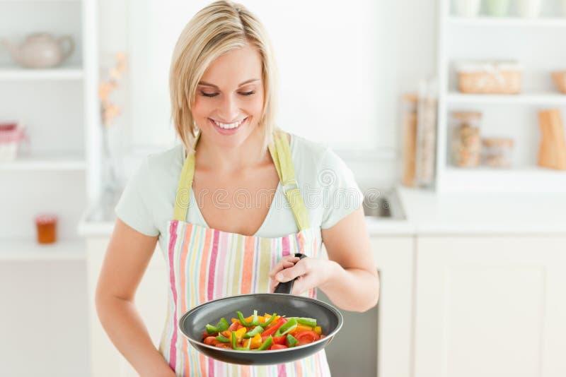 Kvinnan som ser pannan, fyllde med peppar arkivfoto