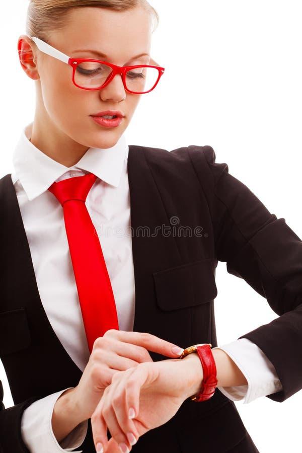 Kvinnan som ser till klockan på henne, räcker royaltyfri fotografi