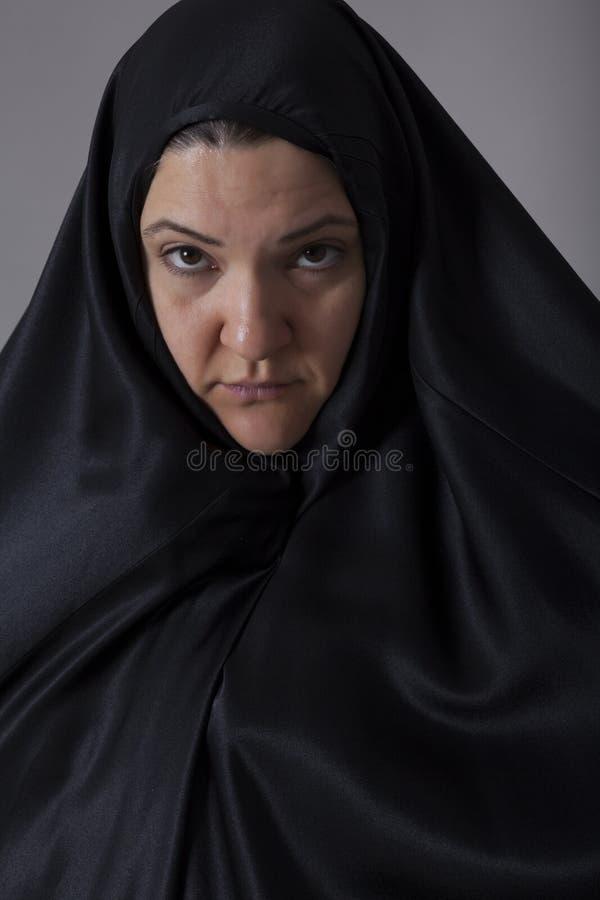 Kvinnan som täckas med svart, skyler royaltyfri fotografi