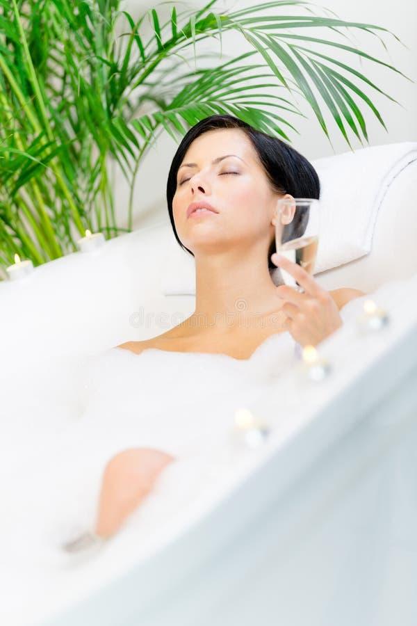 Download Kvinnan Som Tar Ett Bad, Dricker Champagne Fotografering för Bildbyråer - Bild av livsstil, bägare: 37345459