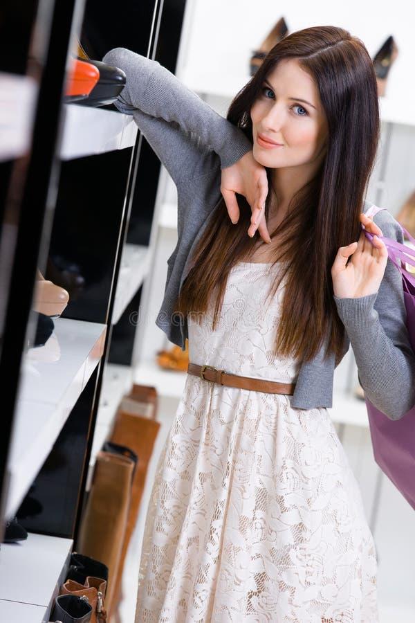 Download Kvinnan Som Väljer Ett Par Av Heeled Skor Shoppar In Arkivfoto - Bild av mode, kvinnlig: 37346582