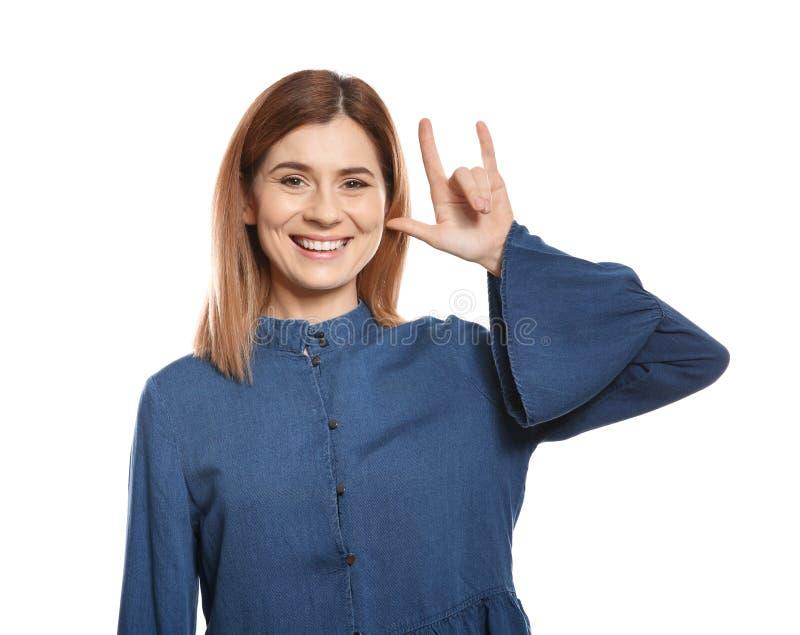 Kvinnan som visar ÄLSKAR JAG, DIG gesten i teckenspråk på vit arkivbild
