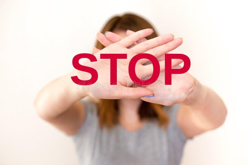kvinnan som visar en stoppgest med, gömma i handflatan royaltyfri fotografi