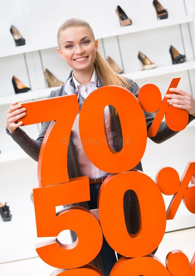 Download Kvinnan Som Visar Procentsatsen Av Försäljningar På Höjdpunkt, Heeled Skor Fotografering för Bildbyråer - Bild av exponeringsglas, flicka: 37346171