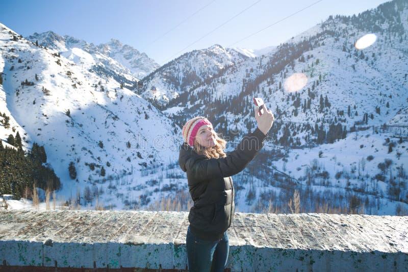Kvinnan står på gyttjaplatinaen fotografering för bildbyråer