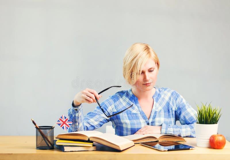 Kvinnan studerar engelska royaltyfri foto