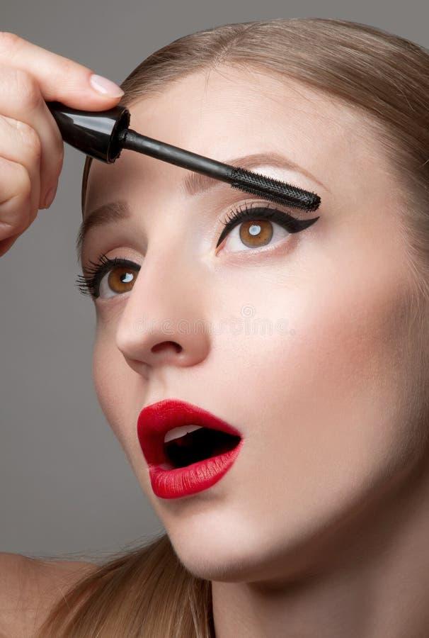 Kvinnan synar med härligt smink och långa ögonfrans Högkvalitativ bild arkivfoto
