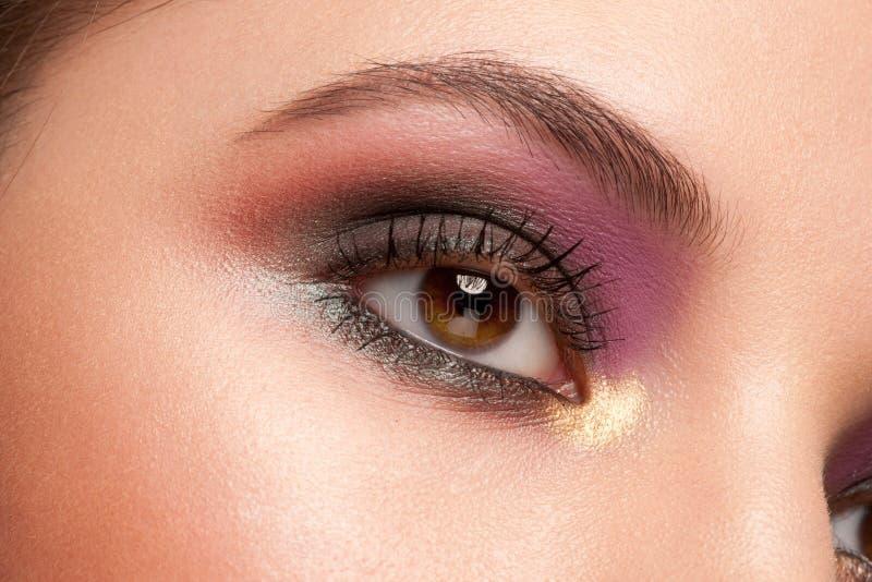 Kvinnan synar med makeup arkivbilder