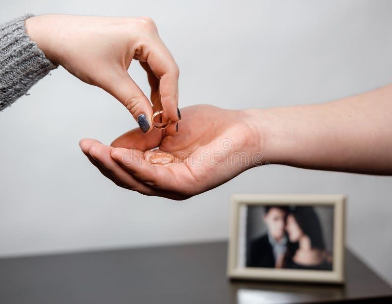 Kvinnan tar av en förlovningsring, familjkonflikt royaltyfria foton