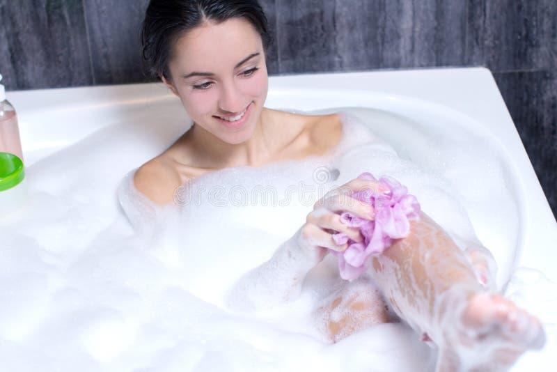 Kvinnan tar badet arkivfoton