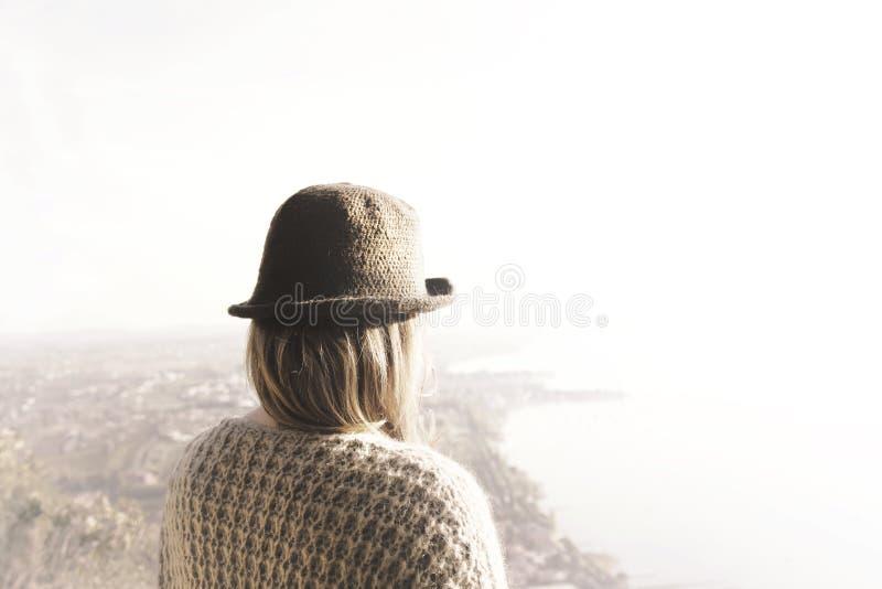 Kvinnan tar en andedräkt som uppifrån håller ögonen på landskapet royaltyfria bilder