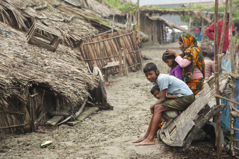 Kvinnan tar omsorg av hennes ungar, Mongla, Bangladesh royaltyfria bilder