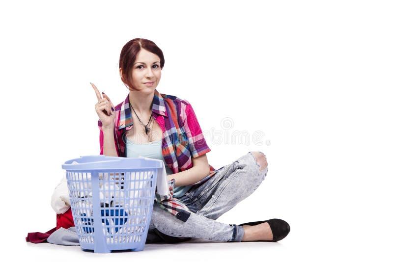 Kvinnan tröttade, når han har gjort tvätterit som isolerades på vit royaltyfri foto