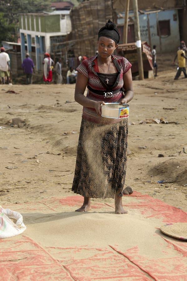 Kvinnan trycker på en duren i en gatamarknad royaltyfria foton