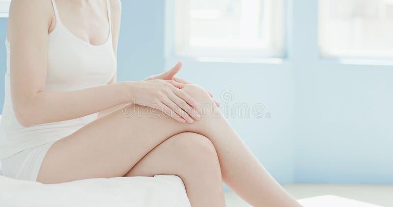 Kvinnan trycker på hennes sexiga ben fotografering för bildbyråer