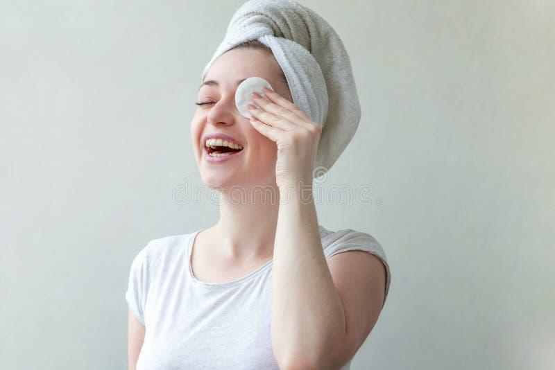 Kvinnan tvättar av skönhetsmedel fotografering för bildbyråer