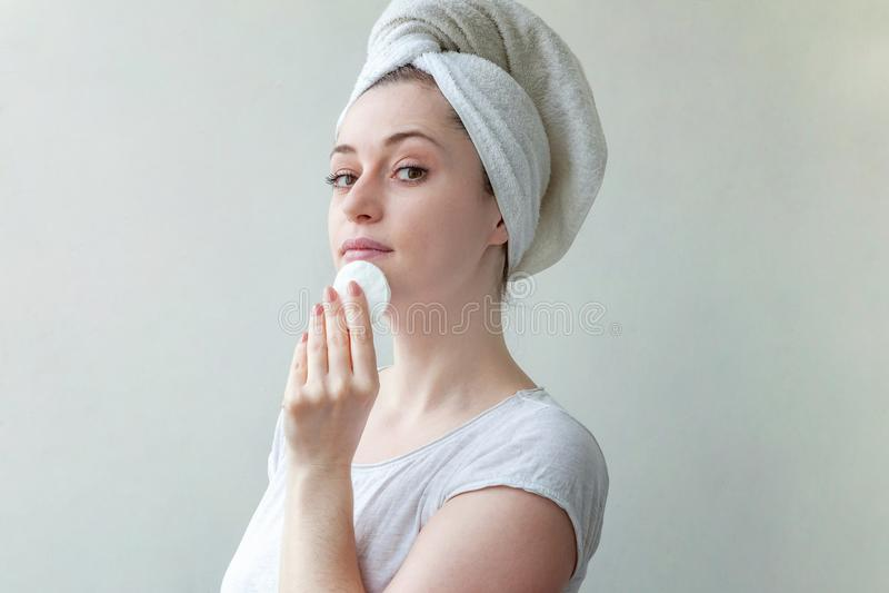 Kvinnan tvättar av skönhetsmedel royaltyfri fotografi