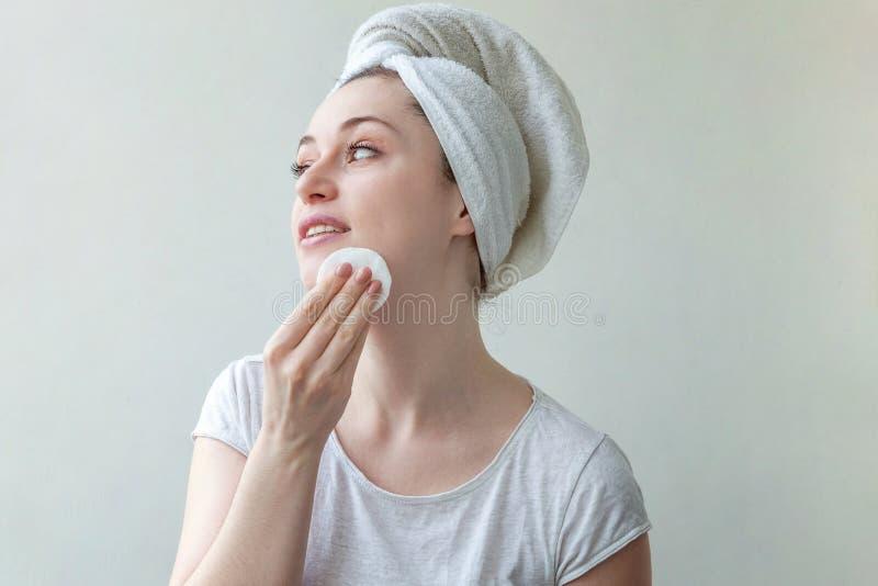 Kvinnan tvättar av skönhetsmedel arkivbild