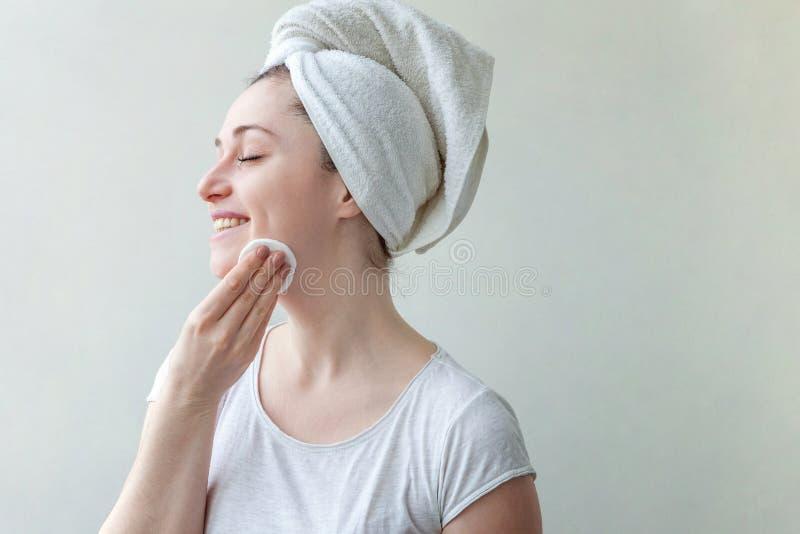 Kvinnan tvättar av skönhetsmedel royaltyfria bilder