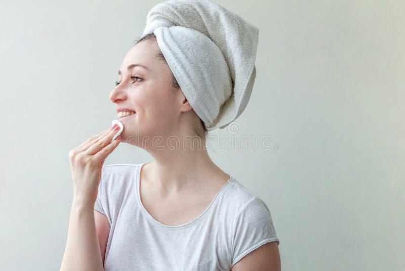 Kvinnan tvättar av skönhetsmedel royaltyfria foton