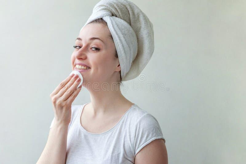 Kvinnan tvättar av skönhetsmedel royaltyfri foto